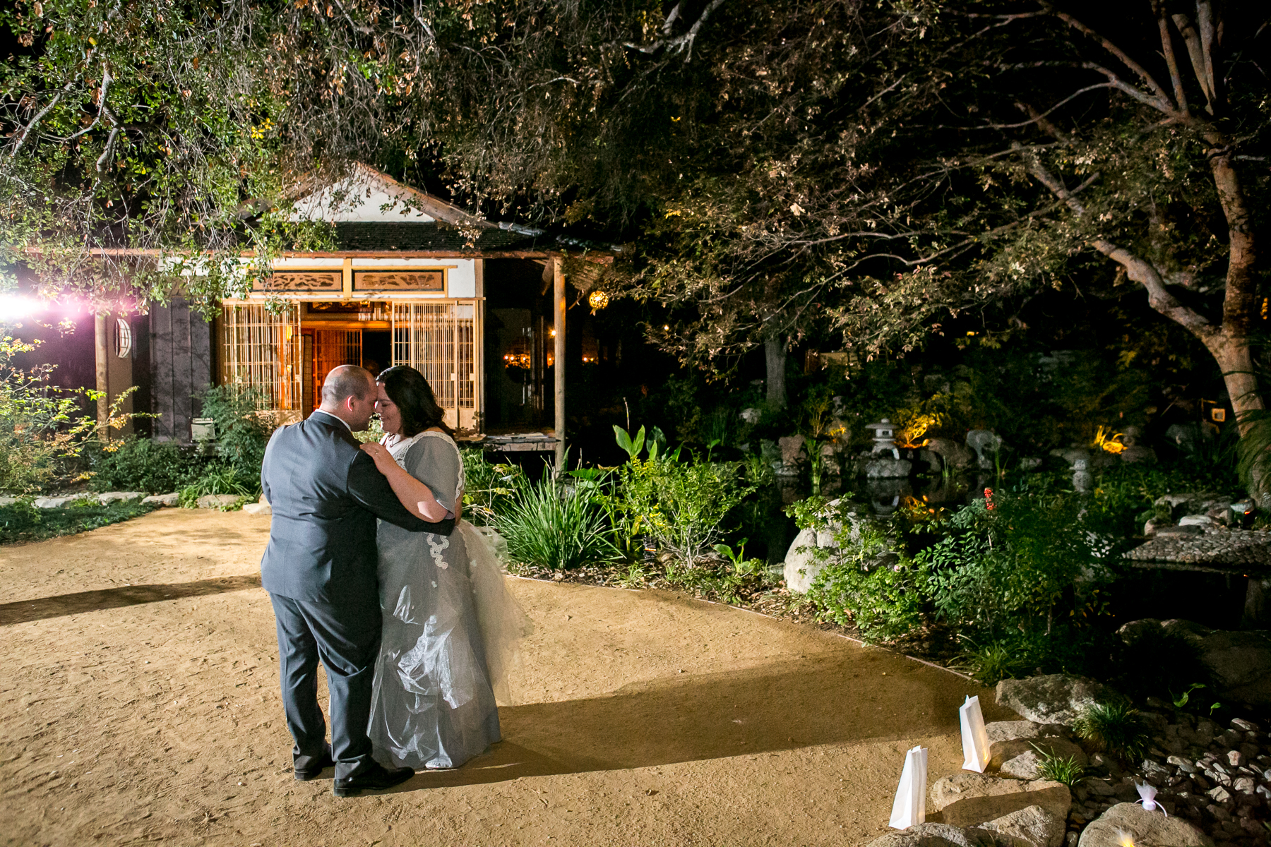 wide shot of married couple's first dance at storrier stearns photos